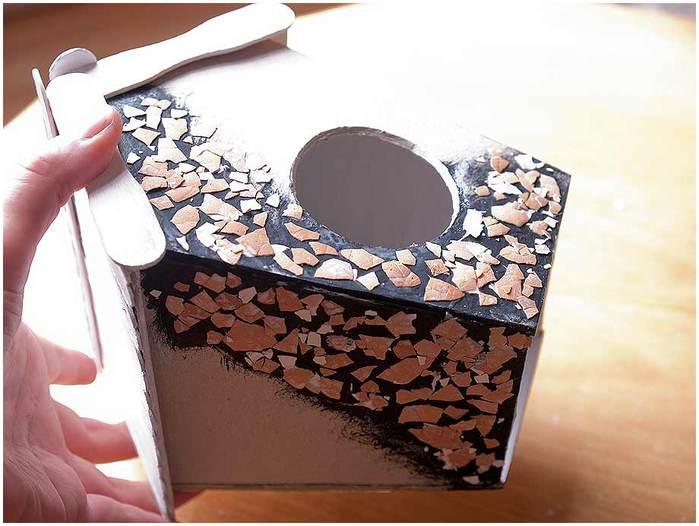 Домик для птички из картона, палочек от мороженого, с мозаикой из яичной скорлупы (21) (700x526, 50Kb)