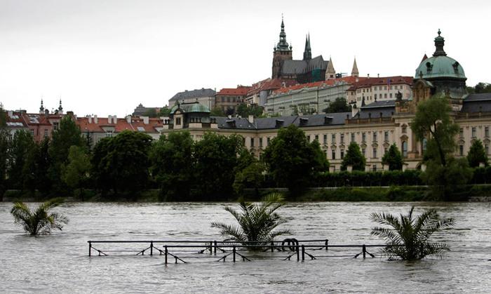 Наводнение в праге чехию затапливает