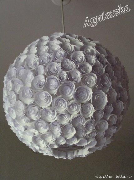Decoración de una pantalla de lámpara hecha de rosas de papel (2) (428x572, 121Kb)