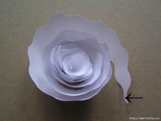 Decoración de una pantalla de lámpara hecha de rosas de papel (5) (640x480, 110Kb)