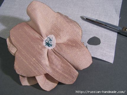 Как сделать цветочек из шелка и органзы. Мастер-класс (20) (430x323, 71Kb)