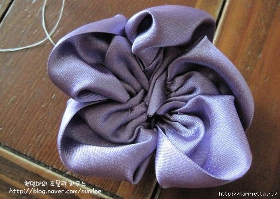 Украшения своими руками. Стильные цветы из атласных лент (8) (576x409, 174Kb)