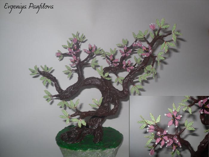 Вот такие у меня получились деревья).  Цветущий бонсай из бисера-моя самая-самая первая работа.Не судите строго.