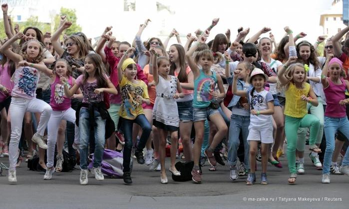 Тысячи людей станцевали Gangnam Style в честь приезда Psy в Москву