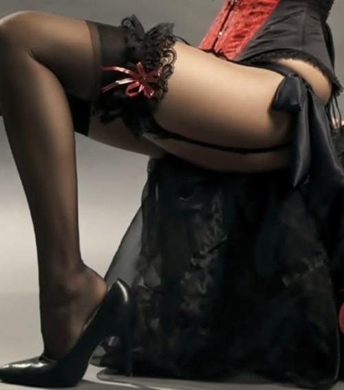 ноги в чёрных чулках