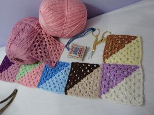 Связать  крючком площади на одеяла и подушки по уроку