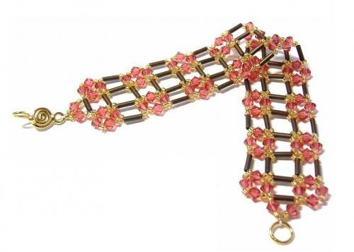 Этот браслет сочетает в себе разнообразный материал и плести его нужно не просто из бисера, а из трубочек стекляруса...