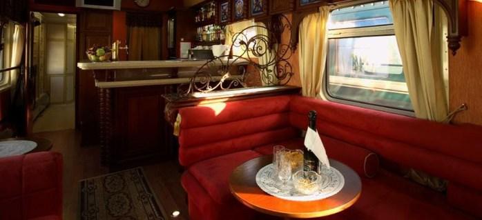 Этот поезд следует по самому длинному в мире железнодорожному маршруту: Москва-Владивосток.  Время в пути занимает...