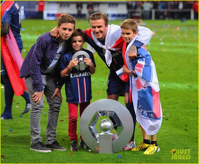 david-beckham-celebrates-final-soccer-game-with-family-05 (700x576, 137Kb)