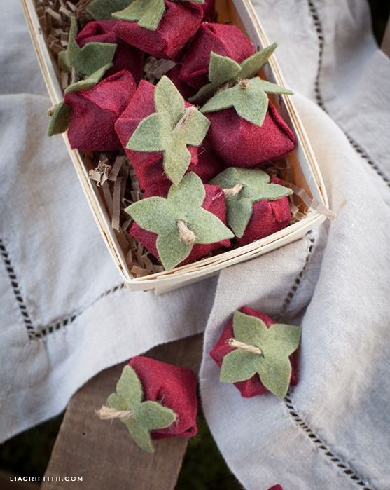 Клубничка и цветы из войлока для украшения подарка. Мастер-класс и шаблон (6) (557x700, 286Kb)