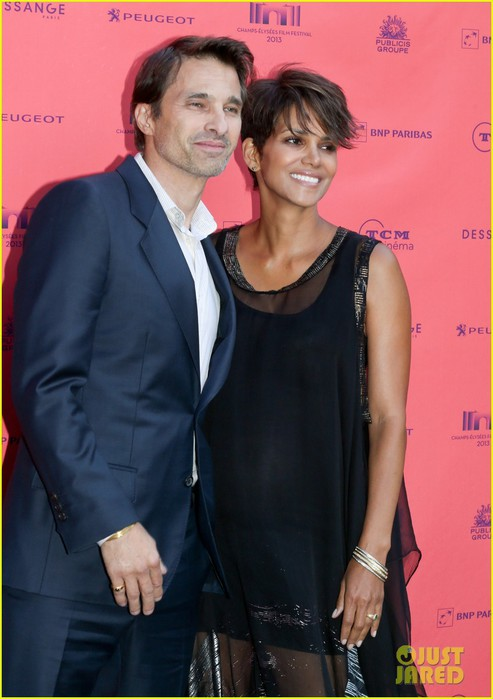 halle-berry-olivier-martinez-toiles-enchantees-champs-elysees-event-07 (493x700, 70Kb)