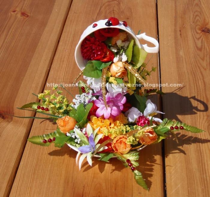 Летящая чашка из цветов