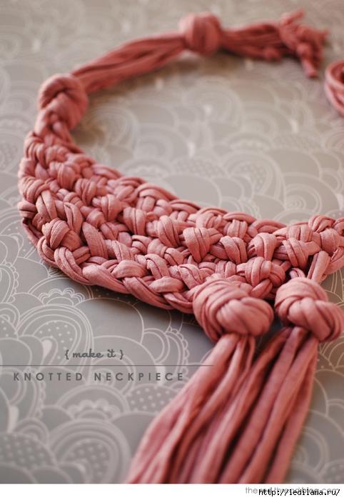 Такое ожерелье можно сделать из пряжи, из старой футболки, из шнуров и любой ткани.  Уверена, что сделать его по фото...