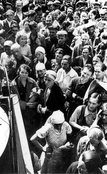 Советские граждане слушают Заявление Советского правительства