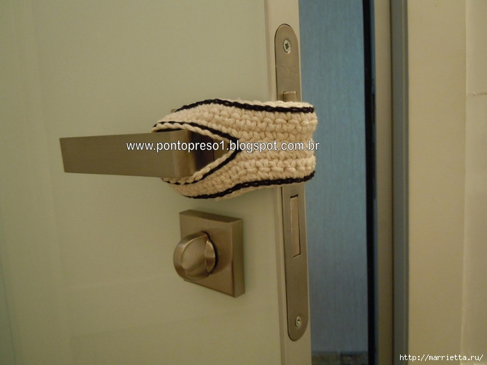 одежка для двери - защита от сквозняков крючком (2) (700x525, 190Kb)