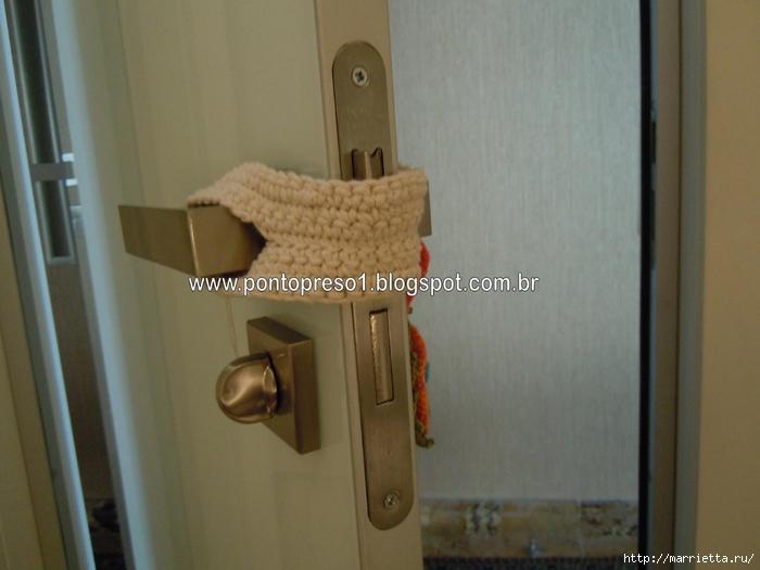 одежка для двери - защита от сквозняков крючком (5) (700x525, 206Kb)