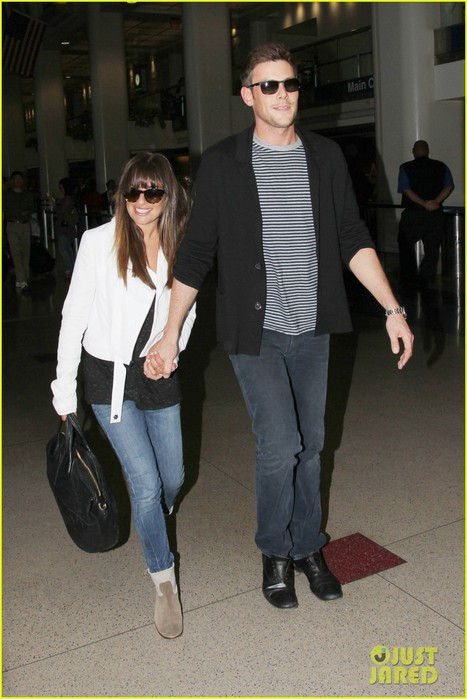 lea-michele-cory-monteith-hold-hands-at-lax-airport-05 (467x700, 82Kb)