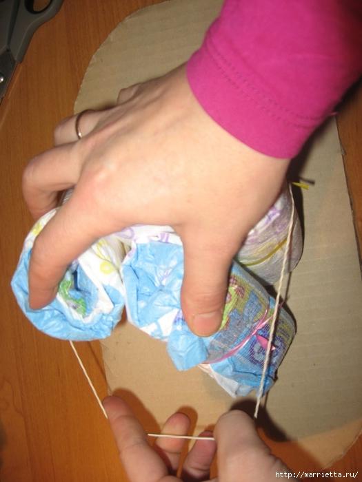 Подарок для новорожденного. КОЛЯСКА ИЗ ПАМПЕРСОВ. Мастер-класс (10) (525x700, 235Kb)