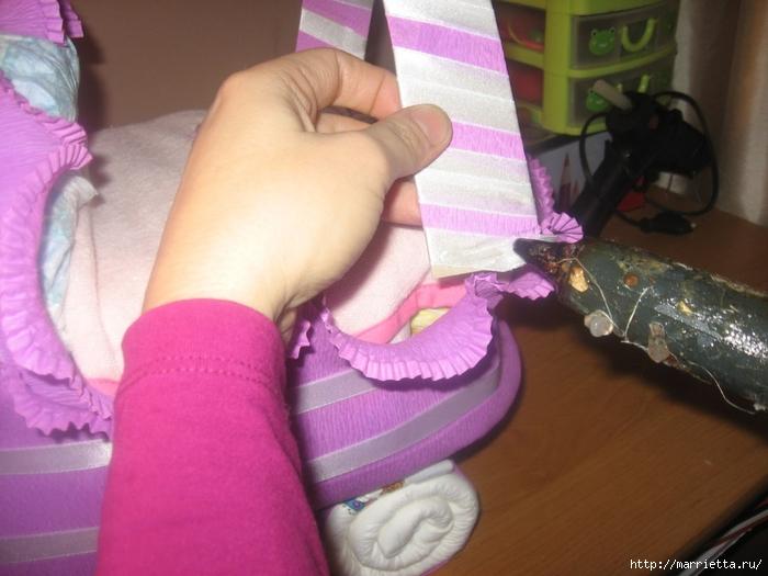 Подарок для новорожденного. КОЛЯСКА ИЗ ПАМПЕРСОВ. Мастер-класс (45) (700x525, 243Kb)
