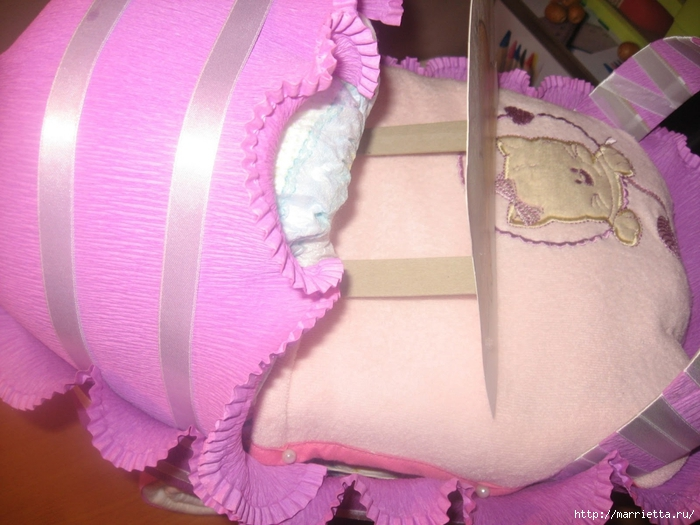 Подарок для новорожденного. КОЛЯСКА ИЗ ПАМПЕРСОВ. Мастер-класс (49) (700x525, 258Kb)