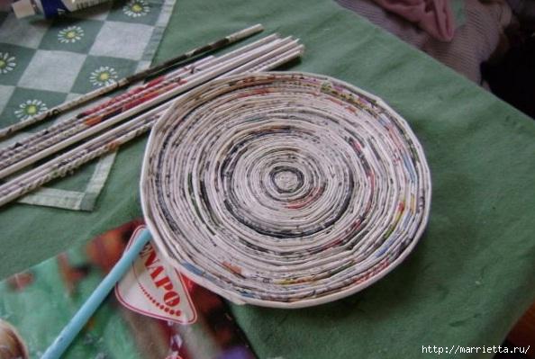 Плетение из газет. Поделки из колечек и тарелка из трубочек (10) (594x399, 167Kb)