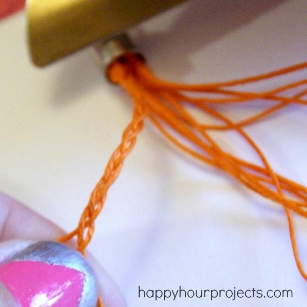 Очень хороший МК-посмотрите и сплетите себе такое украшение на руку.  Сплести браслет из ниток и бисера...