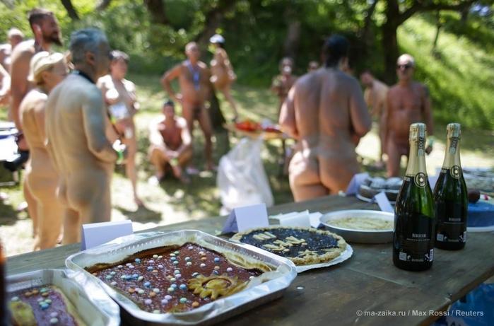 Итальянские нудисты собрались на закрытую вечеринку