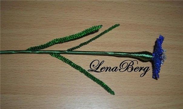 Нитки зеленого цвета, возможно шелковые, для...  Василек из бисера.  Любителям статуэток и другого подобного декора...