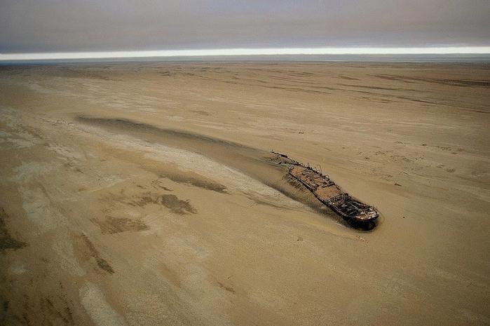 корабль Эдвард Болен в пустыне намиб фото (700x465, 231Kb)