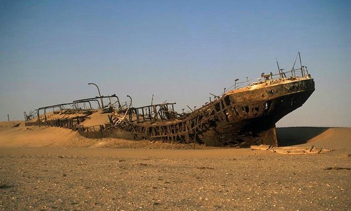 корабль Эдвард Болен в пустыне намиб фото 2 (700x420, 204Kb)