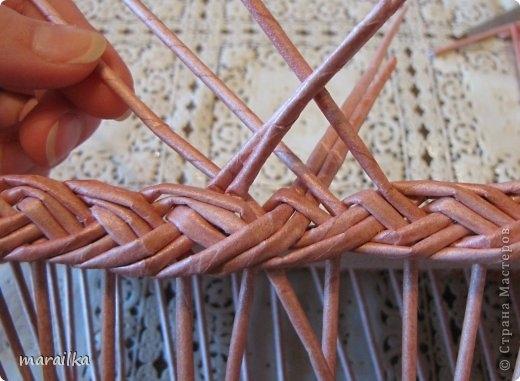 плетение из газет. загибка края косичкой (21) (520x381, 120Kb)