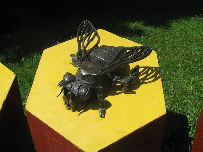 памятник пчеле в мосве фото 2 (700x525, 355Kb)