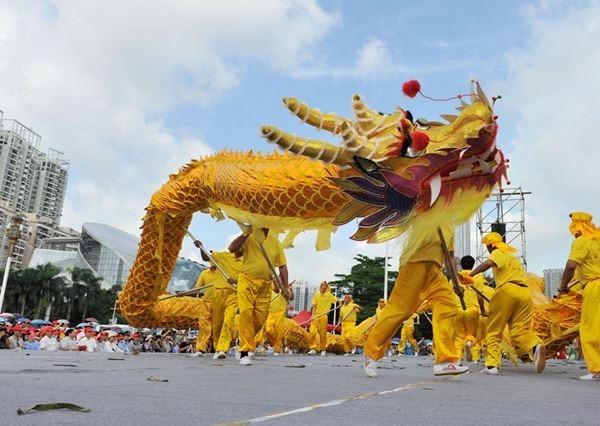Красочный танец драконов в Китае. Фотографии