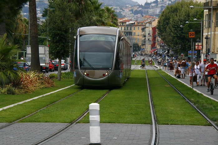 Зелёные трамвайные пути в Ницце, Франция. miscel anious (700x466, 144Kb)