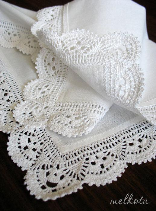 Салфетка с вязаной каймой.