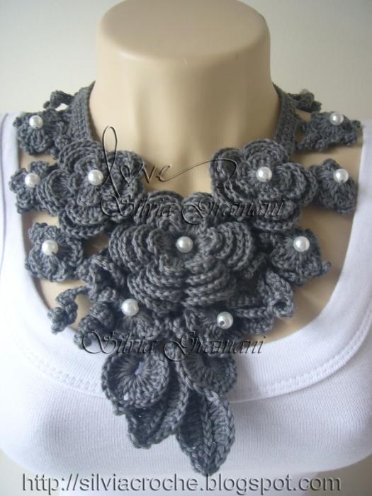 ожерелье из цветов серое (525x700, 269Kb)
