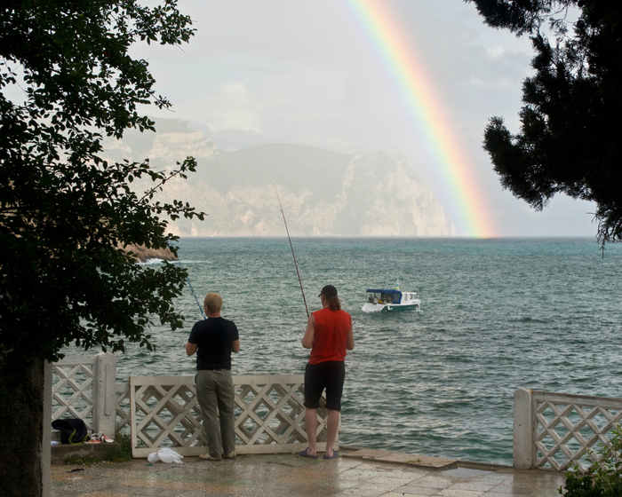 Ловись, рыбка, под радугой (700x560, 475Kb)