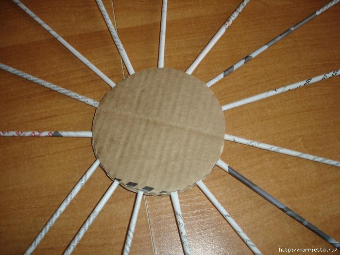 Плетение из газет. Подробный фото мастер-класс по плетению корзинки ЯБЛОЧКА (8) (700x525, 288Kb)