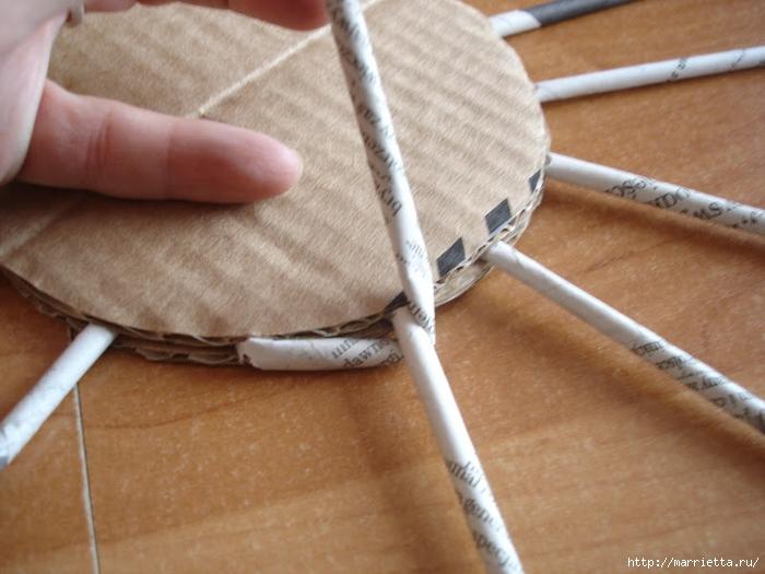 Плетение из газет. Подробный фото мастер-класс по плетению корзинки ЯБЛОЧКА (9) (700x525, 255Kb)