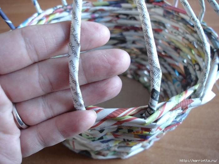 Плетение из газет. Подробный фото мастер-класс по плетению корзинки ЯБЛОЧКА (17) (700x525, 264Kb)