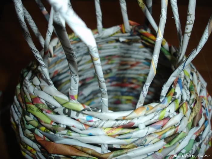 Плетение из газет. Подробный фото мастер-класс по плетению корзинки ЯБЛОЧКА (24) (700x525, 286Kb)