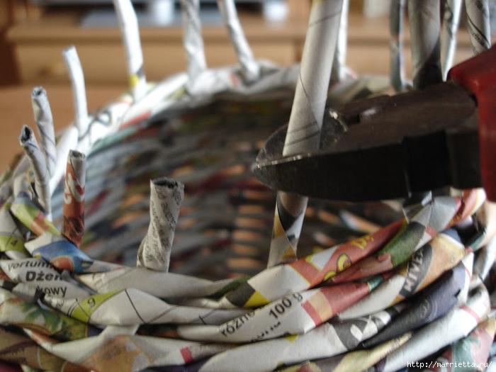 Плетение из газет. Подробный фото мастер-класс по плетению корзинки ЯБЛОЧКА (25) (700x525, 258Kb)