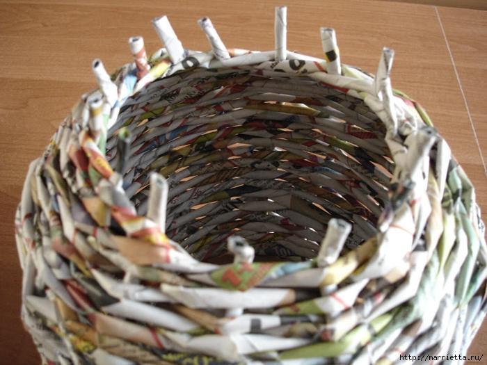 Плетение из газет. Подробный фото мастер-класс по плетению корзинки ЯБЛОЧКА (26) (700x525, 296Kb)