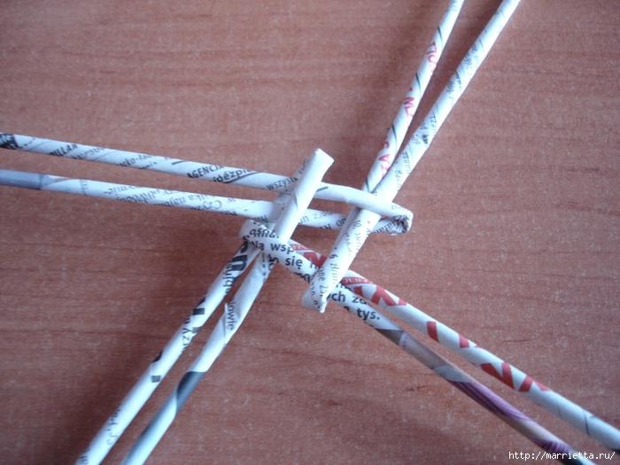 Плетение из газет. Подробный фото мастер-класс по плетению корзинки ЯБЛОЧКА (30) (700x525, 287Kb)