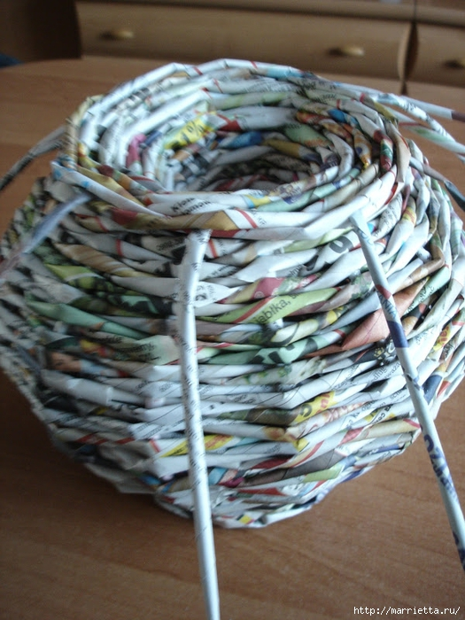 Плетение из газет. Подробный фото мастер-класс по плетению корзинки ЯБЛОЧКА (39) (525x700, 302Kb)