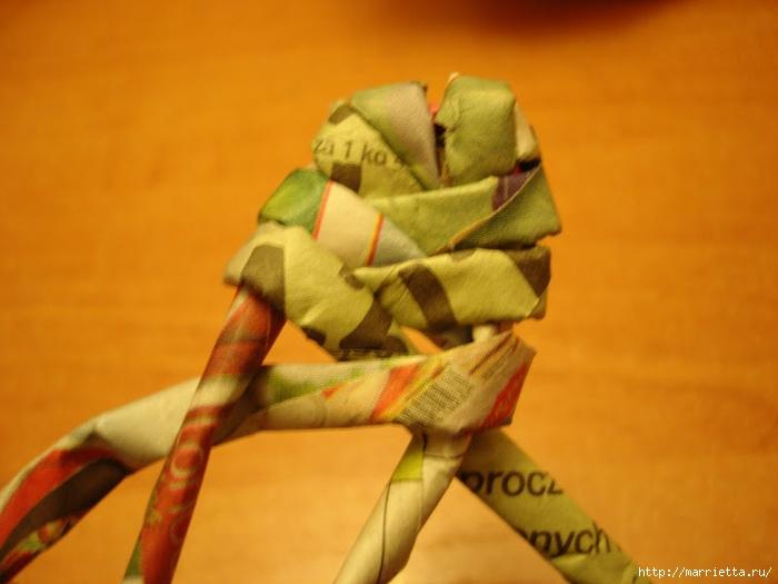 Плетение из газет. Подробный фото мастер-класс по плетению корзинки ЯБЛОЧКА (64) (700x525, 206Kb)