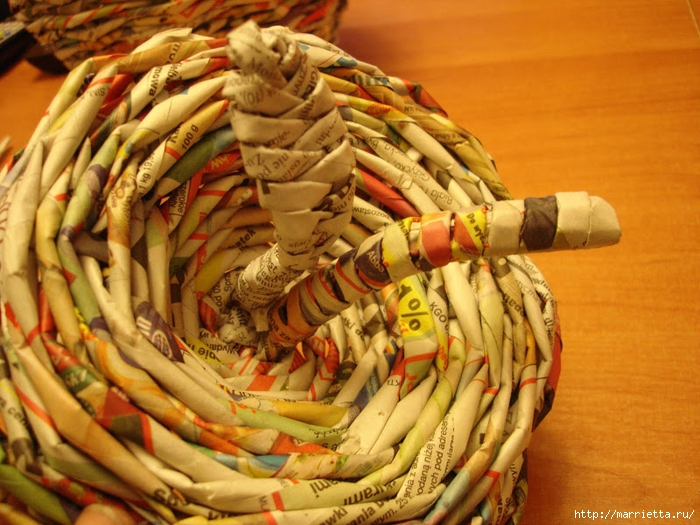 Плетение из газет. Подробный фото мастер-класс по плетению корзинки ЯБЛОЧКА (68) (700x525, 320Kb)