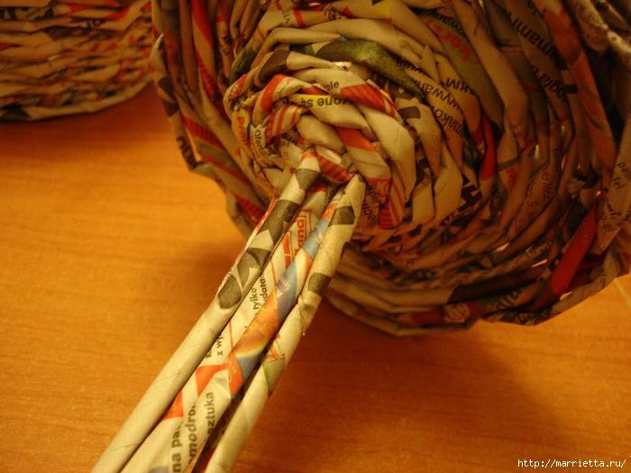 Плетение из газет. Подробный фото мастер-класс по плетению корзинки ЯБЛОЧКА (70) (700x525, 283Kb)