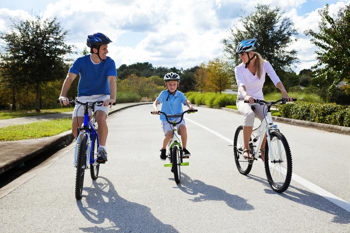 5218894_youngfamilycyclists (700x466, 403Kb)