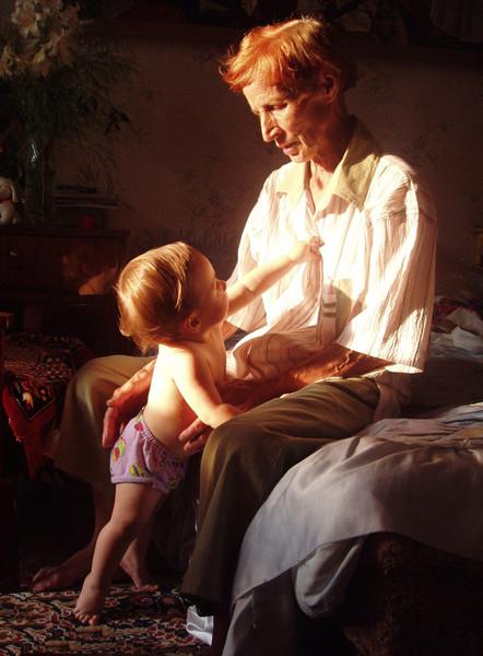 бабуля с правнуком (442x600, 235Kb)